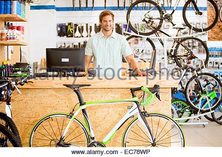 Filialleiter hinter der Theke im Fahrradgeschäft - Stockfoto