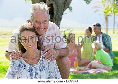 Älteres Paar und Multi-Generationen-Familie mit einem Picknick in der Natur - Stockfoto