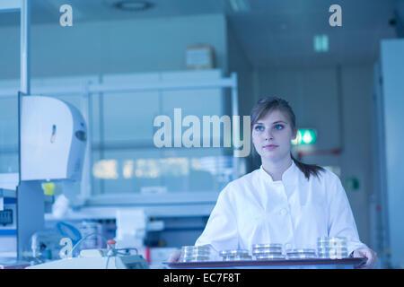 Junge weibliche Naturwissenschaftler arbeiten im mikrobiologischen Labor - Stockfoto