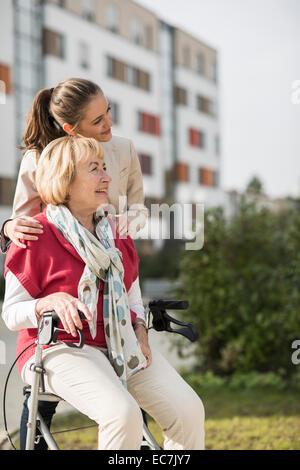 Enkelin und Großmutter Zeit miteinander zu verbringen - Stockfoto