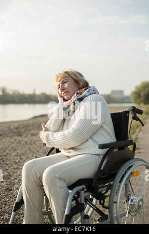 Ältere Frau sitzt im Rollstuhl - Stockfoto