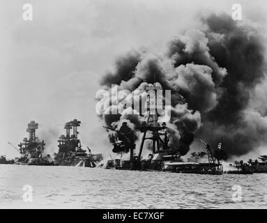 Drei angeschlagene US-schlachtschiffe zu Recht, West Virginia, Tennessee, Arizona nach dem japanischen Angriff auf - Stockfoto
