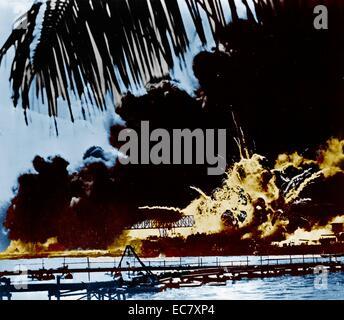 Flottenstützpunkt Pearl Harbour und USS Shaw in Flammen nach dem japanischen Angriff - Stockfoto