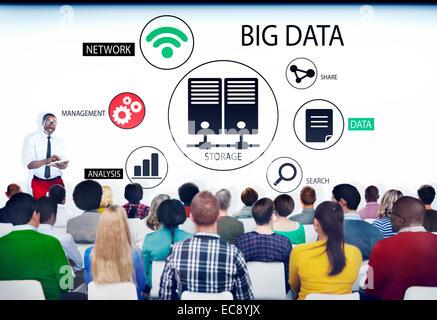 Multiethnische Gruppe von Menschen im Seminar mit Big-Data-Konzept - Stockfoto