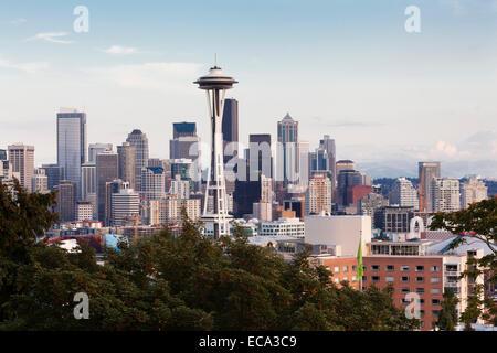 Skyline von Downtown Seattle Space Needle und Mt Rainier, Seattle, Washington, United States - Stockfoto