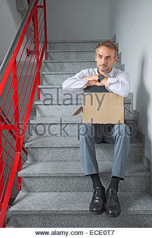 Unternehmer allein deprimiert Arbeitslosen Obdachlosen - Stockfoto