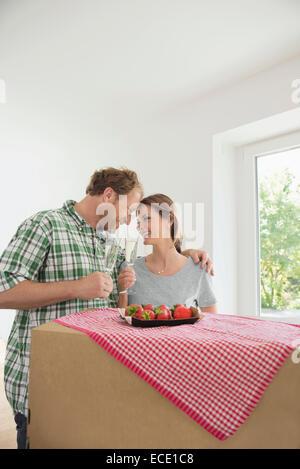Mann Frau feiert der neue Wein des Hauses - Stockfoto