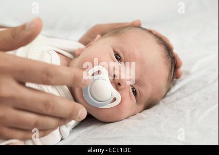 Baby schläft Vater Hand Dummy-Mund - Stockfoto