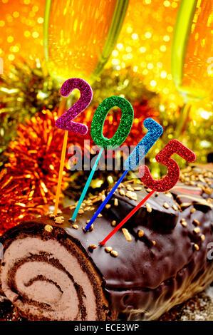 ein Yule Log Kuchen, traditionelle Weihnachtszeit mit glitzernden Zahlen in verschiedenen Farben bilden die Zahl - Stockfoto