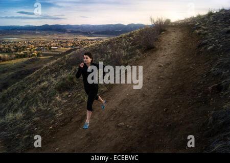 USA, Colorado, Jeferson County, Golden, Frau Hang entlang der Erde Straße - Stockfoto