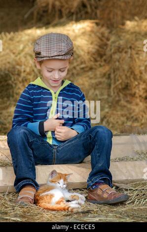 Junge (4-5) mit Kätzchen - Stockfoto