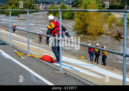 Los Angeles, Kalifornien, USA. 12. Dezember 2014. Feuerwehrleute machen schnelle Wasserrettung von zwei Personen gefangen in Los Angeles River nach dem großen Sturm im südlichen Kalifornien Credit: Chester Brown/Alamy Live News