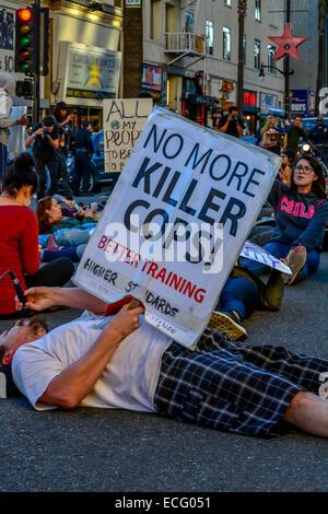 Los Angeles, USA. 13. Dezember 2014. Demonstranten inszenieren ein die-in und März um Polizei schießen um die Vereinigten - Stockfoto