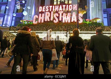 Weihnachts-Einkäufer in der Oxford Street, London Straße vor Kaufhaus Selfridges - Stockfoto