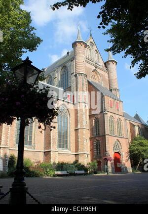 Außenfassade des 15. Jahrhunderts Pieterskerk, gewidmet St. Peter die spätgotische Kirche in Leiden, Niederlande - Stockfoto
