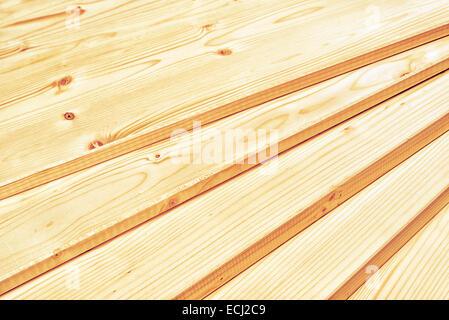 Kiefer-Bretter gestapelt und bereit für einige Zimmerei Job oder Holzarbeiten. Nahaufnahme mit Tiefenschärfe und - Stockfoto