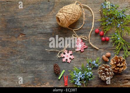 Weihnachts-Dekoration über hölzerne Hintergrund - Stockfoto