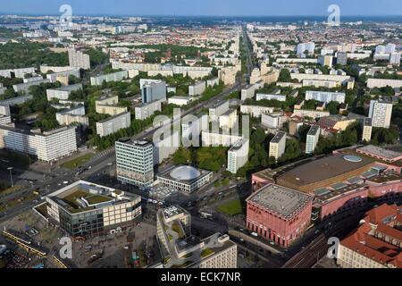 Deutschland, Berlin, Berlin-Mitte, Alexanderplatz im Vordergrund, Karl-Marx-Allee ist die größte Arterie des Landes - Stockfoto