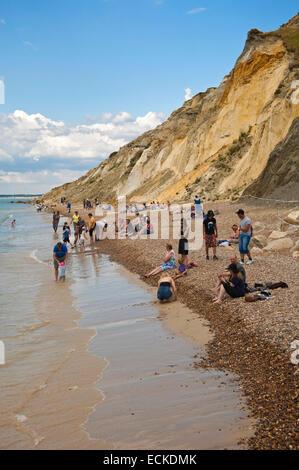 Vertikale Ansicht von Touristen am Strand und im Meer in Alum Bay auf der Isle Of Wight. - Stockfoto
