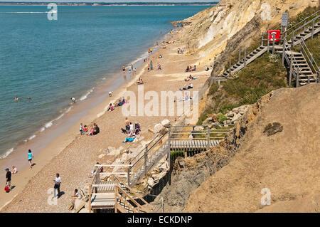 Horizontale Luftaufnahme von Touristen am Strand von Alum Bay auf der Isle Of Wight. - Stockfoto