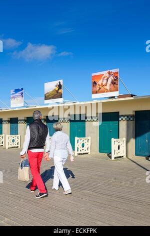 Frankreich, Calvados, Pays d ' Auge, Deauville, Promenade des Planches, gesäumt von Strandkabinen mit dem Namen - Stockfoto