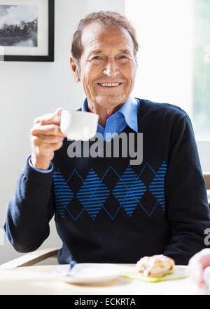 Porträt von senior glücklich Kaffeetrinken im Pflegeheim - Stockfoto
