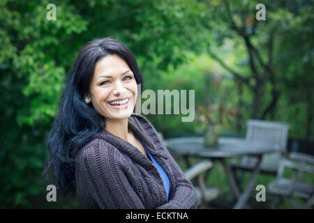 Porträt des Lächelns Mitte Erwachsene Frau im park - Stockfoto