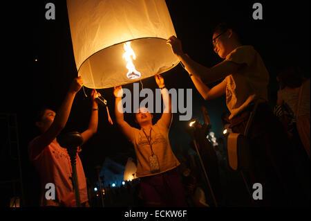 CHIANG MAI, THAILAND - 25. Oktober 2014: Gruppe von jungen Thais starten eine Himmelslaterne in der Nacht vom Yee - Stockfoto