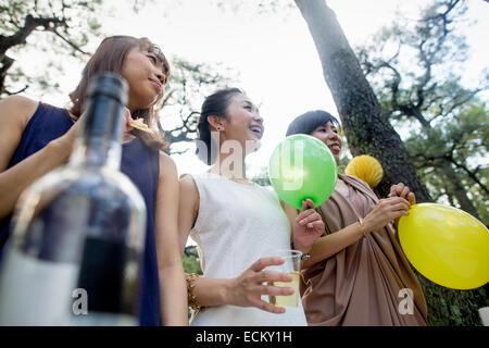 Gruppe von Freunden auf eine Party im Freien in einem Wald. - Stockfoto
