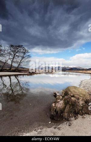 Wolken über den Derwent mit Skiddaw im Schnee - Stockfoto