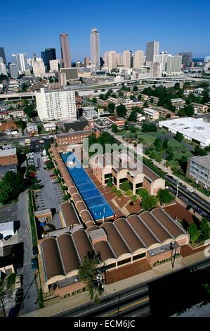 Luftbild des König-Bibliothek und Archiv in Atlanta (Vordergrund) mit der Skyline der Stadt am Horizont abzeichnen. - Stockfoto
