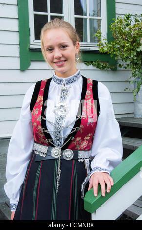 Laerdal Norwegen junge 18 jährige Frau im traditionellen Bunard Folk Kostüm am weißen Haus Treppe Kleid Kleidung - Stockfoto