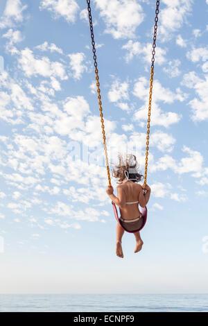 LOS ANGELES, CA-1 SEPTEMBER: Ein junges Mädchen, die Spaß am Strand von Los Angeles, Kalifornien am 1. September - Stockfoto