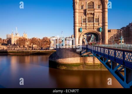 Die Themse, Tower Bridge und den Tower Of London, London, England - Stockfoto