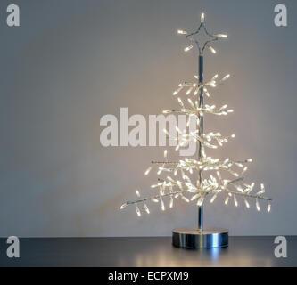stilisierten silbernen Metall und Draht Weihnachtsbaum mit weißen ...