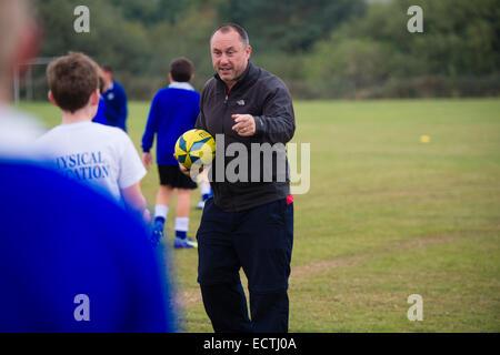 Mittelschule PE - Sportunterricht Wales UK: Spiele Lektion - jungen im Teenageralter angewiesen, von einem Spiele - Stockfoto