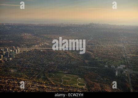 Luftaufnahme von Earl Ballen Park nördlich von Highway 401 zwischen Yonge und Bathurst Street mit Skyline von downtown - Stockfoto