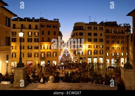 Rom. Italien. Blick von der spanischen Treppe entfernt, mit Blick auf Piazza di Spagna & Via dei Condotti. - Stockfoto
