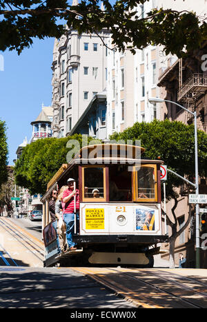 Touristen fahren die berühmten Cable Car an der Powell St, San Francisco, Kalifornien, USA - Stockfoto