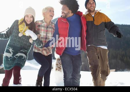 Freunde, die laufen im Schnee - Stockfoto