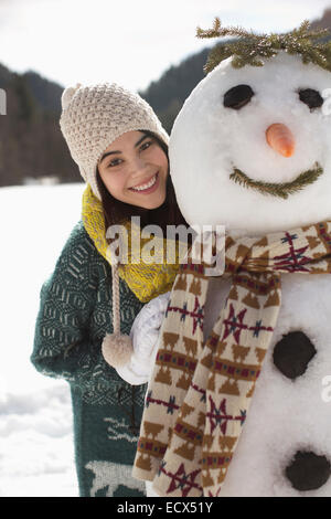Porträt der lächelnde Frau mit Schneemann - Stockfoto