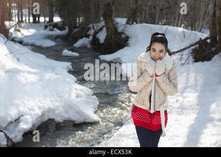 Porträt der lächelnde Frau verschneiten Ufer entlang - Stockfoto