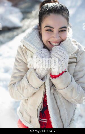 Porträt der lächelnde Frau im Schnee - Stockfoto