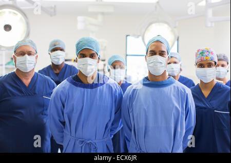 Team von Chirurgen im Operationssaal - Stockfoto