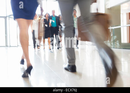 Beine, Geschäftsfrau und Geschäftsmann Handgepäck zu Fuß durch die Lobby des Konferenzzentrum - Stockfoto