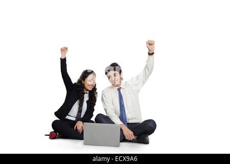 2 indische Mitarbeiter Geschäftskollegen Laptop arbeiten - Stockfoto