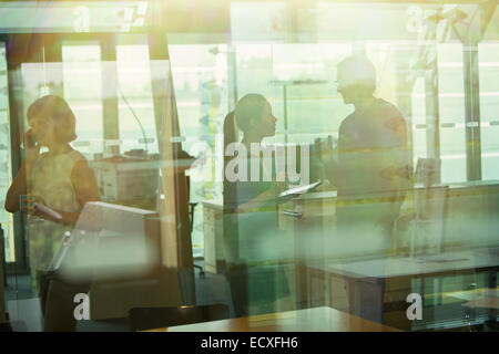 Silhouette der Geschäftsleute im Gespräch im Büro - Stockfoto