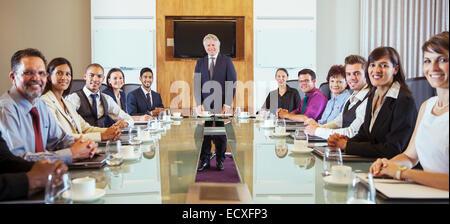Geschäftsleute, posiert im Konferenzraum - Stockfoto