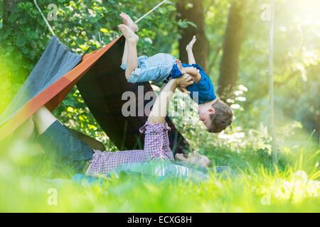 Vater und Sohn spielen in der Nähe von camping Zelt - Stockfoto