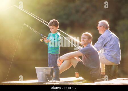 Junge, dock, Vater und Großvater Angeln auf Holz - Stockfoto